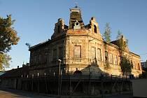 Ruina hotýlku na Husově náměstí v prostějově je nebezpečná chodcům, autům i sousedům