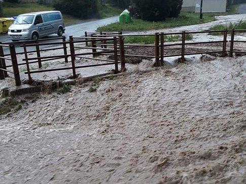 Hasiči na Konicku zasahovali kvůli vodě. Ta zatopila západní část Konice.