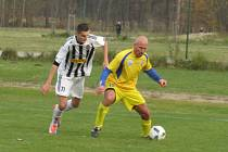 Oblastní I.B třída (skupina A) – 13. kolo: FK Spartak Kaplice (bíločerné pruhované dresy) – Vltavan Loučovice 2:0 (1:0).
