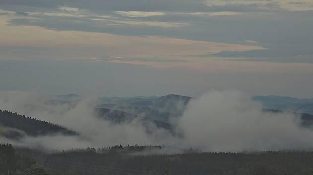 Pohled z Malšína a Ostrova směrem na jihovýchod po odpolední bouřce.