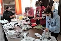 Město Rožmberk vybavuje postupně své obyvatele ručně šitými rouškami.