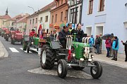 Spanilá jízda traktorů a zemědělské techniky Kaplicí při městských slavnostech.