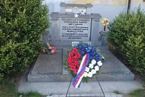 Květiny u pomníků válečných obětí ve Velešíně.