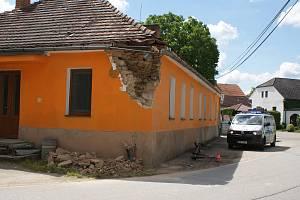 Při nehodě v Prostřední Svinci na Českokrumlovsku skončil na zemi sloup a kus rohu jednoho domu.