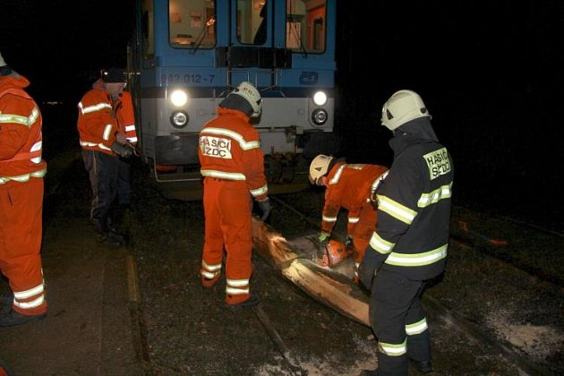 Pod přijíždějící vlak spadly klády.