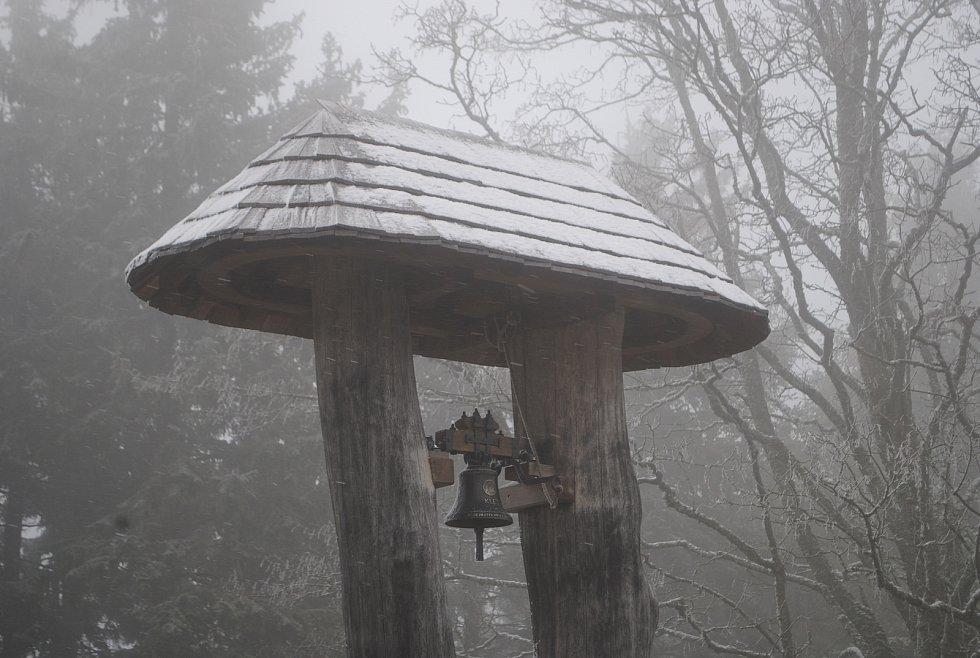 Na Kleti v noci ze 14. na 15. května 2019 nasněžilo.