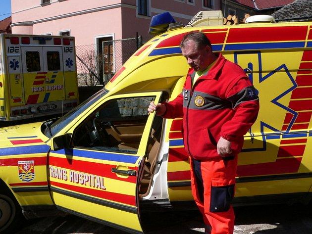 Bořek Bulíček ubezpečuje, že frymburská záchranka je vybavena i terénními vozy. Přesto dostat se do odlehlých končin není jednoduché.