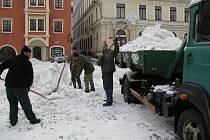 Sníh není peříčko, během dne se ho z centra Českého Krumlova odveze i 40 tun.