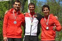Z Augsburgu vezli medaile v singlkanoích při EP bronzový Antonín Haleš (vpravo, na stupních s dalším Čechem Ondřejem Rolencem a vítězným Němcem Weberem) a stříbrná Anežka Paloudová.