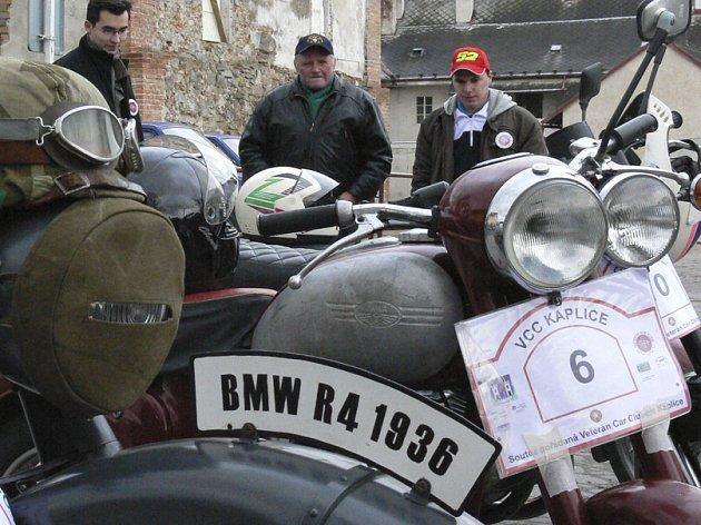 Motorka BMW R4 pochází z roku 1936. Do České republiky se dostala přes Polsko, vystřídala několik majitelů až doputovala k Martinovi Lamačovi. Sehnat náhradní díly prý není zas tak velký problém, vše je ale záležitostí peněz.