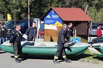 Krumlovští hasiči pro kolegy připravili závod na řece.