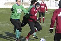 V kvalitním utkání se diváci nenudili. Na snímku Lukáš Matuš a střelec vítězného třetího gólu domácích Jiří Babouček (zleva) atakují rozehrávku píseckého Surovčíka.