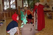 Díky divadelnímu představení, které u příležitosti svátku svatého Martina sehráli předškoláci z velešínské mateřinky, už děti znají zásluhy legendárního válečníka.