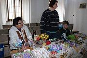 Vlasta Pejšová, povoláním brusička skla, zdobí už od října po večerech kraslice, které prodává jen na benešovském jarmárku.
