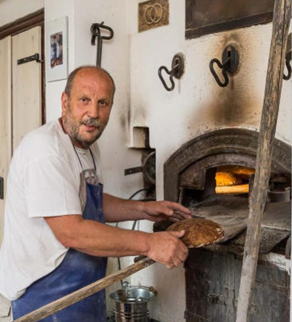 Horko všude. To ale pekaři nevadí. A po chlebu putuje do pece ještě sekaná a klobásy.
