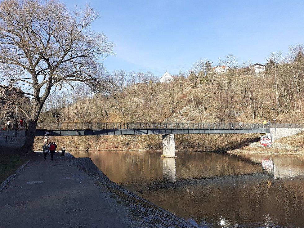 Náplavka, kde si mnozí udělali v téměř jarním počasí piknik.