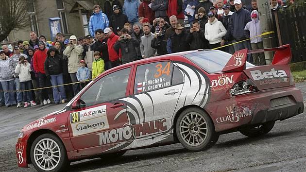 Až na třetí společný pokus Roman Michalík s Pavlem Kacerovským letos konečně viděli cíl, i když při Rally Jeseníky jejich soutěžní vůz rozhodně neprošel bez úhony.