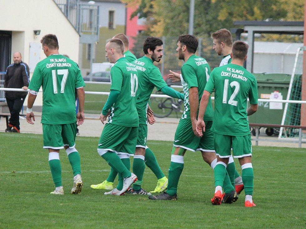 Fotbalisté Českého Krumlova (v zelenobílých dresech) by měli i v další sezoně patřit k favoritům krajského přeboru.