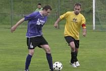 17. kolo OPM: Chvalšiny - Kájov 2:2 (vlevo u míče Jan Lippl, který otevřel skóre šlágru už v 5. minutě, před domácím kapitánem Tomášem Holasem, jenž po pauze za stavu 2:1 neproměnil penaltu).