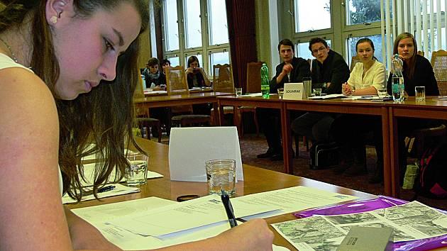 Ilustrační foto - Současní gymnazisté. Tito studenti již složili několik zkoušek, nejen těch přijímacích. Na podzim si vyzkoušeli, jaké to je být na chvilku zastupiteli města.