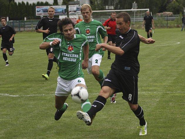 V přípravě se krumlovští fotbalisté utkali i s třetiligovou strakonickou farmou ligového Dynama (na snímku zleva v souboji Michal Klivanda a strakonický Petr Benát).