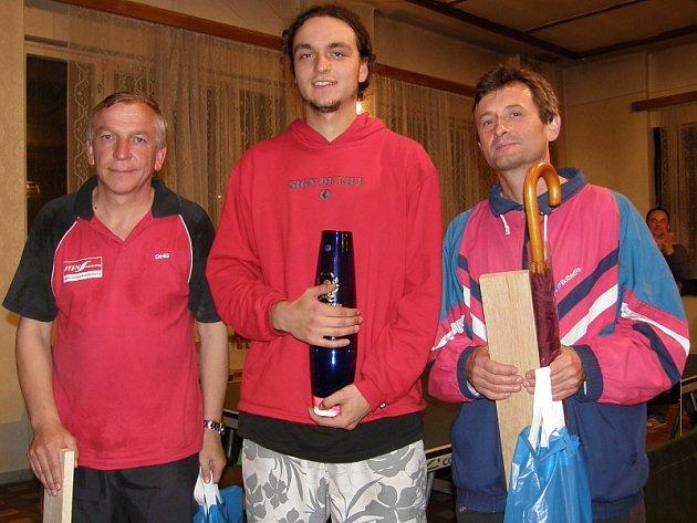 Trojlístek nejlepších hráčů 4. ročníku Křemežského turnaje: zleva stříbrný Pavel Mleziva (Zubčice), vítězný Otakar Fiala (Sokol ČB) a bronzový Jan Cipín (Přídolí).