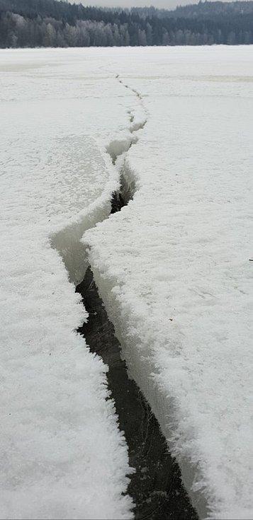 Na ledě na Lipně se tvoří pukliny.