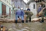 Pomáhal, kdo mohl. Každý bojoval s vodou. Nepomáhaly ani pytle s pískem.
