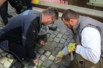 Potomci Žaludovy rodiny uložili pamětní kameny zmizelých do dlažby na Latráně před čp. 41. Při vzpomínkovém setkání nechyběli zástupci města, Židovské obce a Fotoateliéru Seidel.