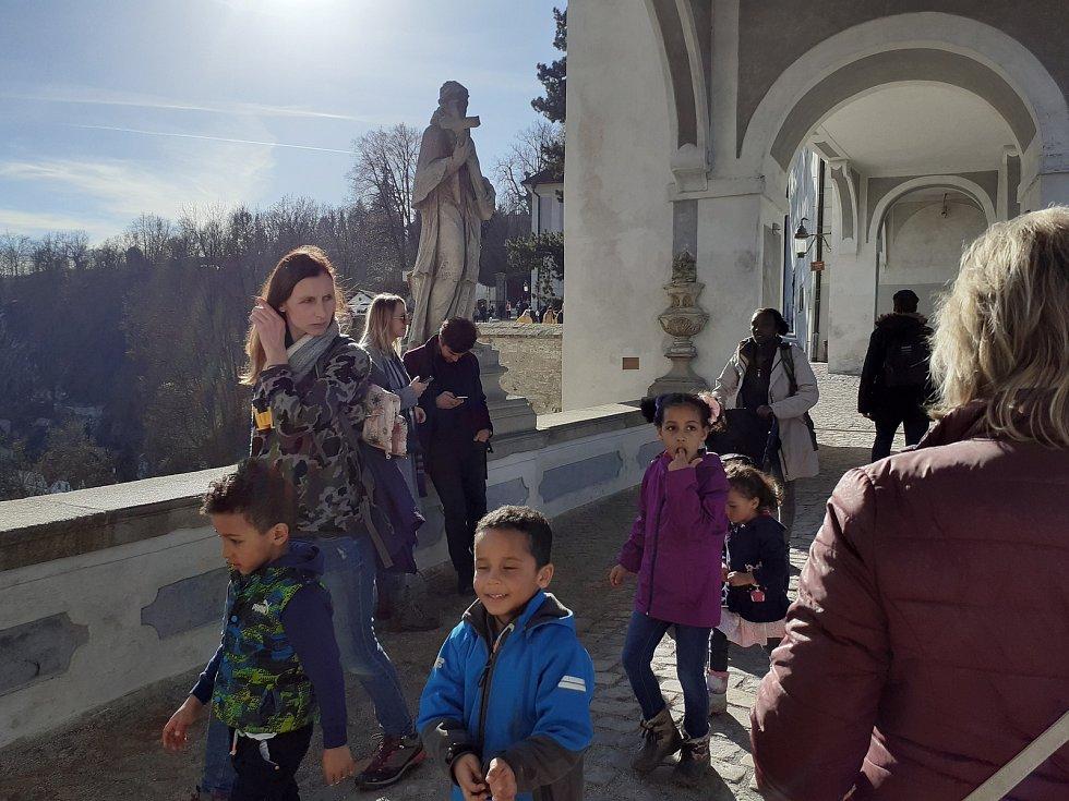 Téměř jarní počasí přilákalo do Českého Krumlova v sobotu výletníky. Plášťový most.
