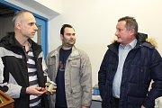 Hynek Walner (vpravo) debatuje ve zkušebně Jihostroje se členy technického vývoje Tomášem Hrachovským (vlevo) a Jiřím Holečkem.