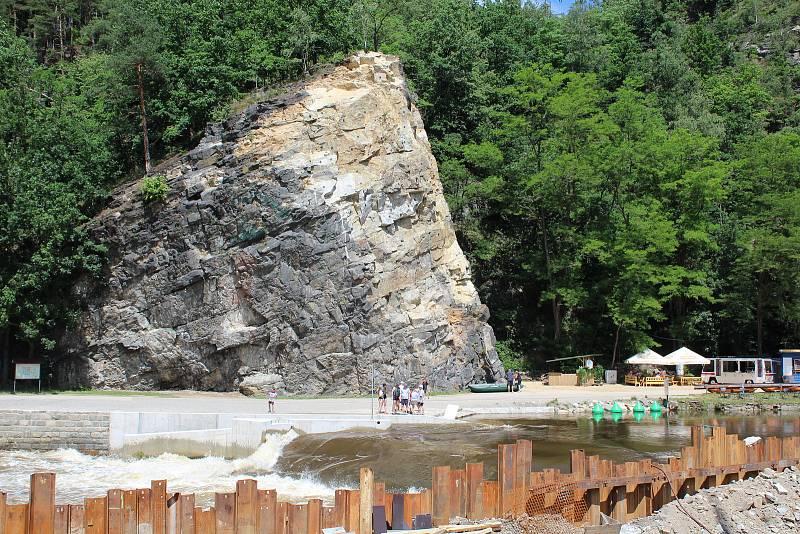 Pod Barevnou skálou se Vltava valí jen půlkou koryta, v té druhé se staví malá vodní elektrárna. Je tam vyhlášen zákaz splouvání.