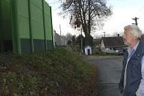 Luděk Petr stojí ve Zvíkově před protihlukovou bariérou, která vyvolala řadu otázek, chyb, vášní a především zřejmě stála více peněz, než bylo nutné. Ne nadarmo připomíná pověstnou berlínskou zeď.