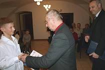 Na snímku vlevo jeden z letošních oceněných, judista Dominik Vícha, jemuž cenu města předává místostarosta Josef Kaloš. Vpravo starosta Pavel Talíř.