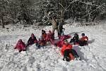 Školáci v Loučovicích si konečně užívali sněhu.