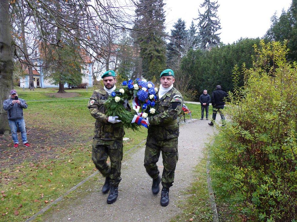Pietní akt ke Dni válečných veteránů se tradičně konal v pátek v Městském parku v Českém Krumlově.