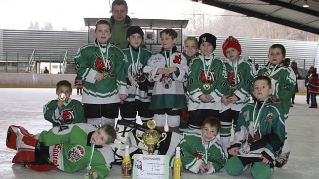 Zlatým úspěchem skončil Pohár A týmu pro nejmenší benjamínky pořádajícího HC Slavoj Č. Krumlov z kategorie druhých tříd ročníků narození 2005 (na snímku).