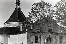 Někdejší podobu kaple na Křížové hoře v Českém Krumlově zachycuje snímek z archivu rodiny Seidlových.