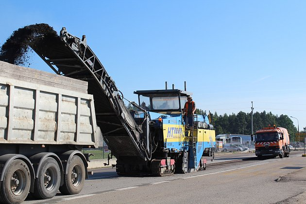 Také od stanice technické kontroly směrem k Harazimu se vozovka frézuje.