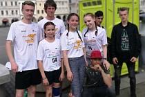 Studentský tým českokrumlovské zdrávky na budějovickém náměstí Přemysla Otakara II. při Juniorském maratonu.