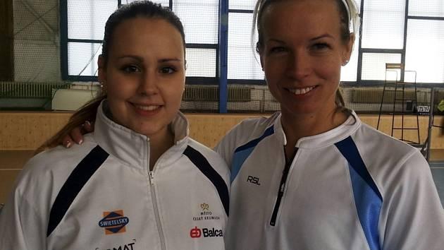 Hana Milisová (vpravo) znovu prokázala obrovské zkušenosti a ze západočeské metropole vezla tři zlaté medaile. Zároveň svými výkony inspirovala mladou oddílovou spoluhráčku Sabinu Milovou (vlevo), jež se blýskla bronzem v ženském deblu.