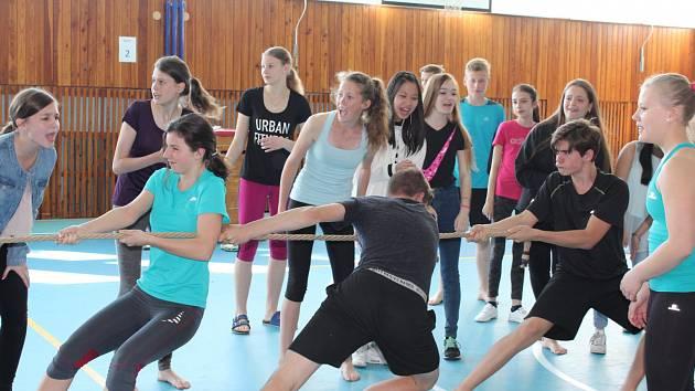 Středečního turnaje v přetahování lanem se na krumlovském gymnáziu zúčastnili žáci tříd prima, sekunda, tercie, kvarta, 1. S a 2. S.