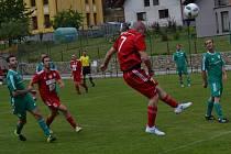 Výmluvný obrázek utkání v Nové Vsi. Týnský útočník Tomáš Houska (ve výskoku č. 7) nikým neatakovaný pohodlně dává jednu ze svých pěti branek v zápase.