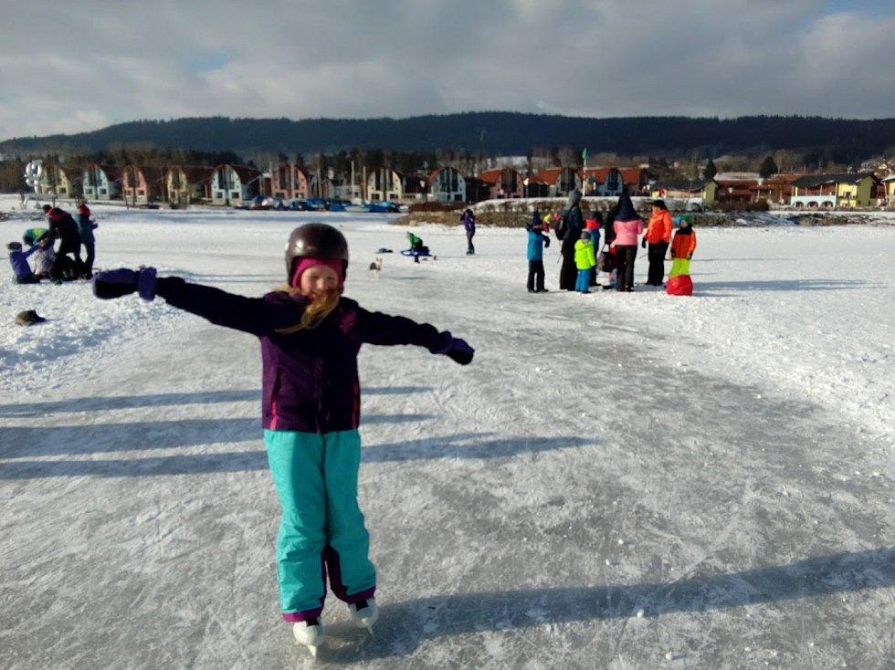 Led má 19 centimetrů, bruslaři mohou ode dneška na Lipně bruslit s posvěcením ledařů. Ale raději se držte dráhy!