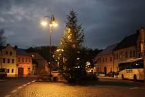 Vyparáděný strom zdobí rovněž náměstí v Rožmberku nad Vltavou.