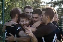 Fotbalisté Dolního Dvořiště (v černých dresech) v úvodním kole I. B třídy porazili v okresním derby Frymburk 3:0.