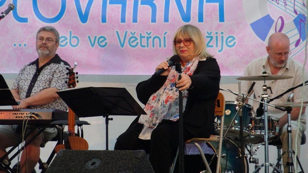 Naďa Urbánková potěšila své příznivce na country bále ve Větřní.