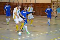 Hrající trenér Bombarďáků Rudolf Weinhard (u míče) dvěma góly nasměroval Jihočechy ke klíčové výhře nad Jilemnicí a do čtvrtfinále, kde se Větřínští utkají s vítězem základní části – pražským Chemcomexem (na snímku ze vzájemného utkání v krumlovské hale).