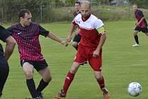 Nepovedené utkání zažil křemežský kapitán Michal Chromý (vpravo před sedleckým Zíkou), který trestuhodně zahodil penaltu a v 77. minutě byl vyloučen.