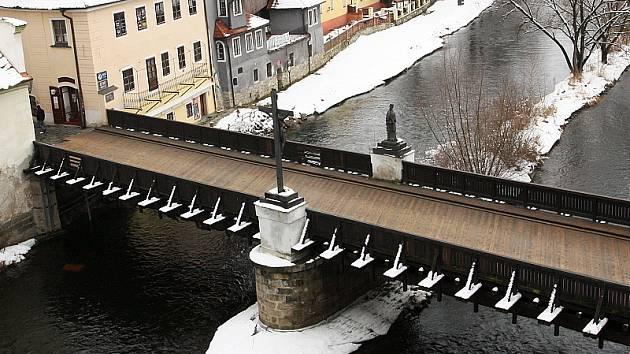 Během léta 2002 měl Lazebnický most kvůli vysoké hladině Vltavy namále. Aby jej velká voda nestrhla, muselo se prořezat boční   hrazení. I když působí křehce, jeho základ tvoří pevné ocelové nosníky, které údajně unesou i tank.